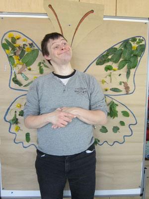 Andreas freut sich über seinen Schmetterling.