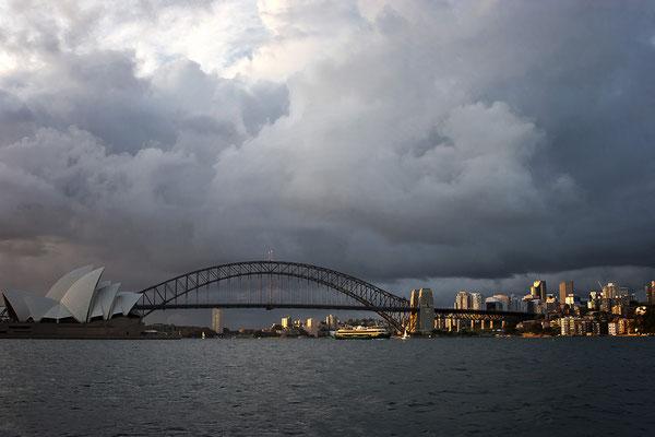 Port Jackson mit Hafenbrücke und Opernhaus in Sydney, Australien