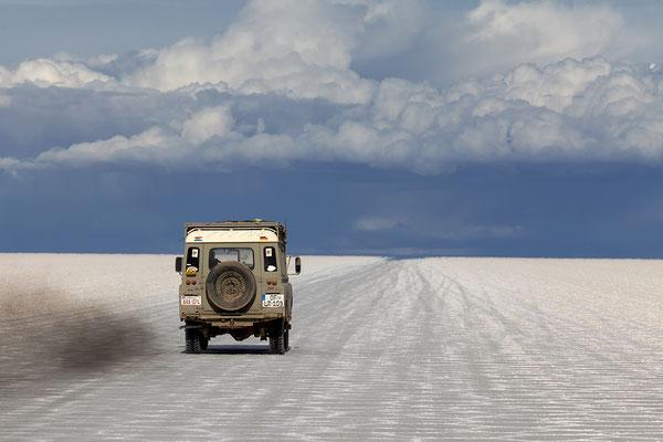 Fahrt auf dem Salar de Uyuni in Bolivien