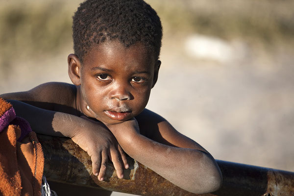 Junge im Okavango Delta Botswana