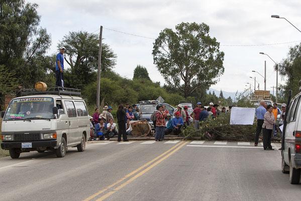 Straßensperre hinter Tarija in Bolivien