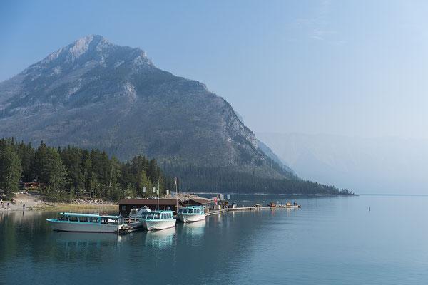 Am Lake Minnewanka in Alberta Kanada