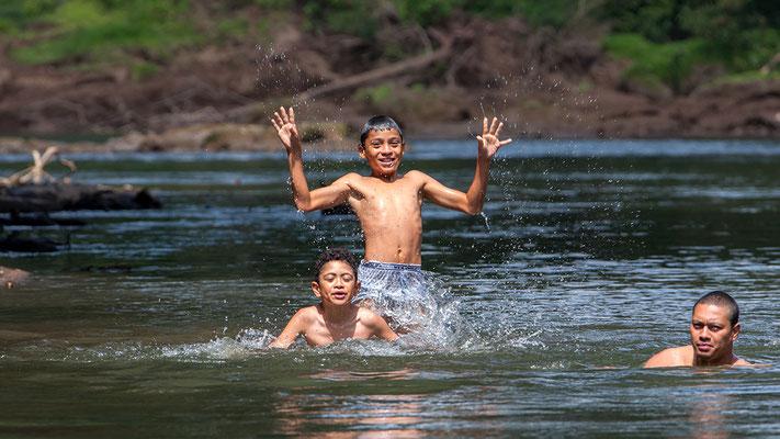 Kinder im Fluss bei Puerto Viejo Costa Rica