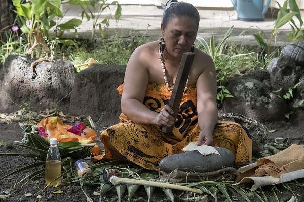 Herstellung von Tapa in Omoa auf Fatu Hiva