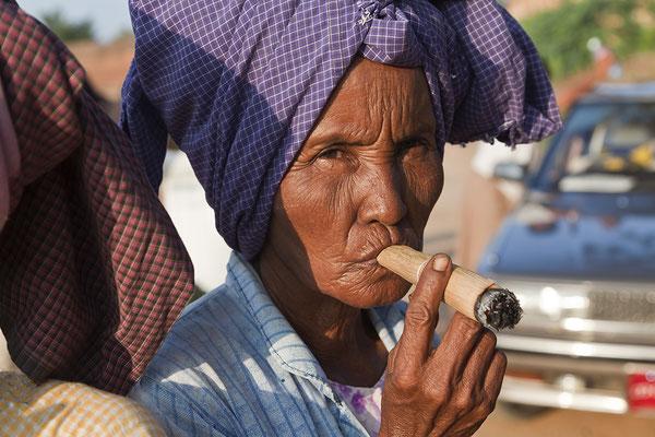 Frau mit Cheroot Zigarre Myanmar