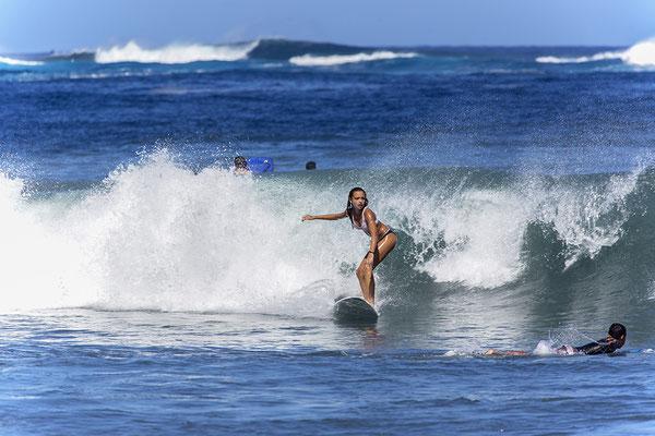 Surferin am Strand von Tahiti