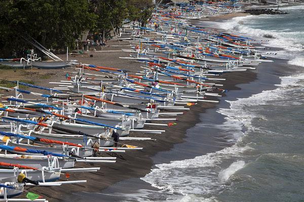 Auslegerboote bei Tulamben, Bali, Indonesien