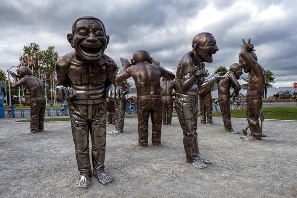 14 Bronzefiguren des Künstlers Yue Minjun in Vancouver Kanada