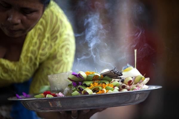 Opfergabe einer Balinesin, Bali, Indonesien