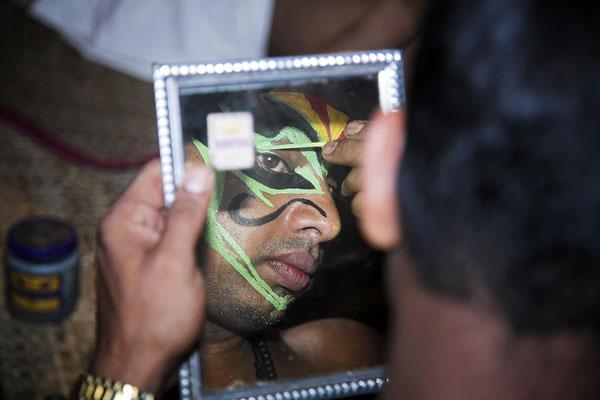 Kathakali Tänzer beim Schminken Kerala Indien