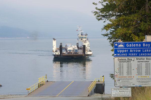 Übersetzen mit Fähre bei Shelter Bay British Columbia Kanada