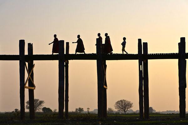 U-Bein-Brücke über dem Taungthaman-See in der Nähe von Amarapura, Myanmar