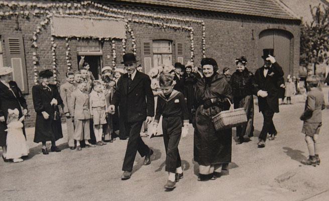 1950 neeroeteren man bolhoed Vleeshouwers Jonge gast in de midden is Marius Soors, vrouw korf Elisa Segers