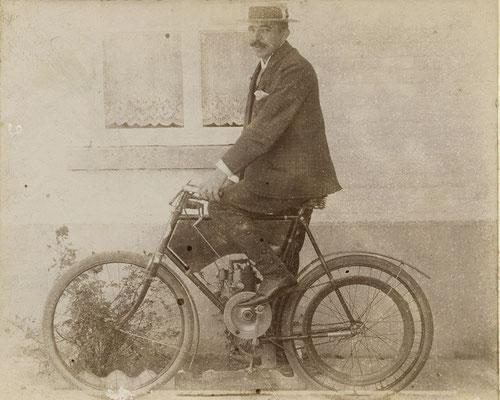 De man op de motor is Dr. Jacques Peeters in Neeroeteren.