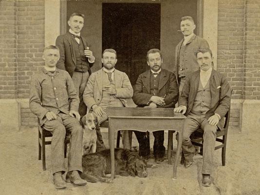 Foto uit 1896 van links naar rechts: Louis Peeters, dokter Jaak Peeters geneesheer te Neeroeteren, hoofdonderwijzer Alfred Robeyns, dokter Jozef Peeters uit Weert, hulponderwijzer Theodoor Martin