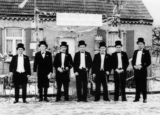 De ceremonie mensen: 3de van links Hulsbosch - 4de Jaak Neyens - 5de René Wirix