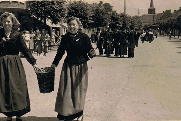 Wies Stieners en Jeanne Winters op de Kerkstraat