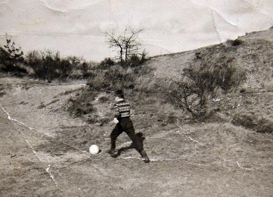 Mathy Billen in kiezelgroeve voetballen