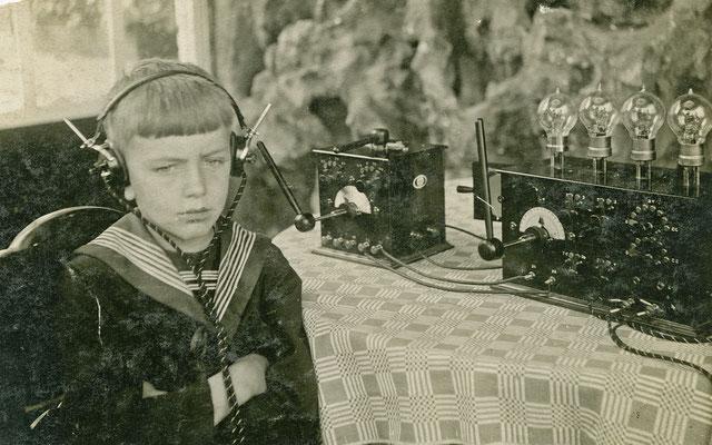 De jongen op de foto is René Peeters, zoon van Jacques Peeters. Waarschijnlijk was dit de eerste radio in Neeroeteren.