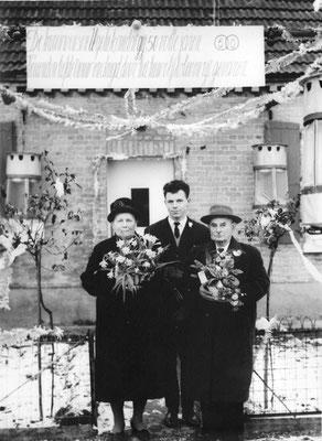 Jos Neyens samen met zijn grootouders aan hun woning in de Schootsheide