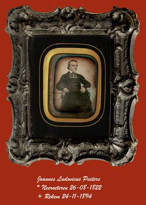 De foto is een van het daguerreotype genomen rond 1850 van deken Joannes Peeters te Peer.