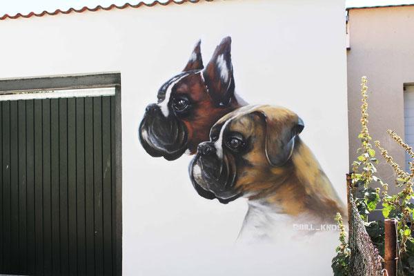Hunde auf die Fassade gesprayt