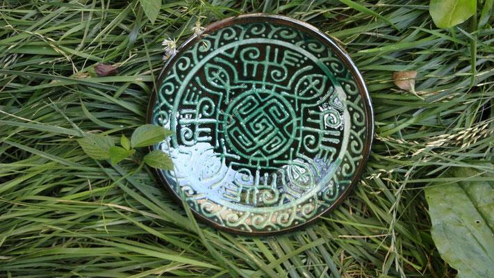 тарелка ручной работы со славянским орнаментом