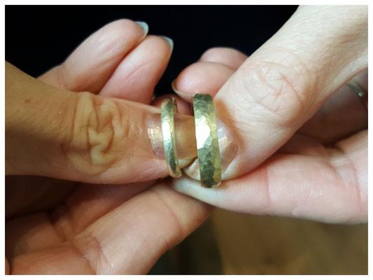 Ringe aus 585er Gelbgold, gehämmerte Oberfläche