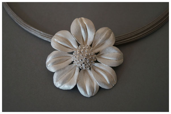 Dahlie in 925/- Silber, ca. 6 cm hoch, 360,- €