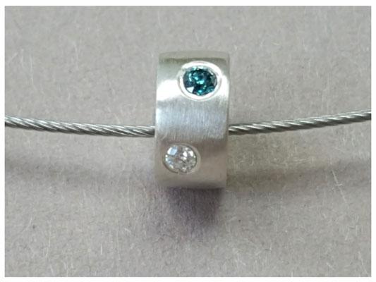 Anhänger aus Silber mit blauem und weißen Diamanten