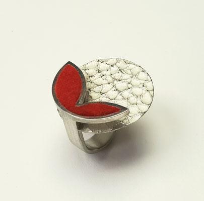Ring aus 925er Silber mit Lederstruktur und Filzeinlage