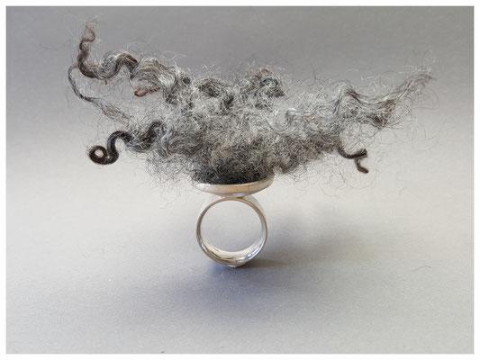 Ring aus 925er Silber mit grauer Schafsfelleinlage   370,-€