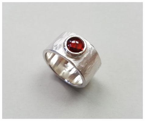 Ring aus Silber mit Granat-Cabochon