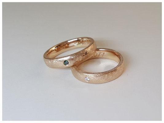 Ringe aus 585er Rose-Gold, mit jeweils einem weißen und einem grünen Diamant
