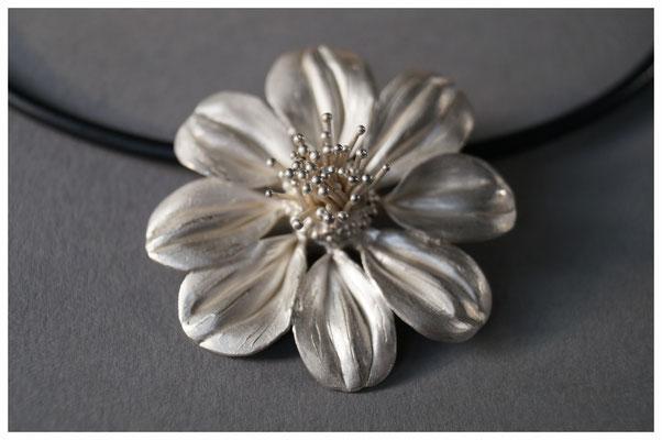 Dahlie in 925/- Silber, ca. 6 cm hoch, 420,- €