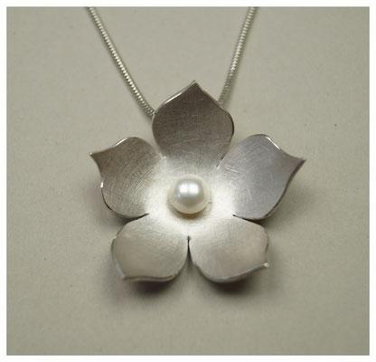 Blüte aus Silber mit Süßwasserperle