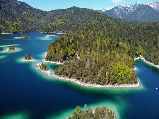 Drohnenfoto - Landschaft - Vogelperspektive - Drohne - Drohnenbild - Luftaufnahme - See - Blau - Sommer - Muster - Türkis - Wald - Alpen - Berge - Insel - Eibsee