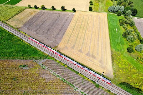 Drohnenfoto - Vogelperspektive - Drohne - Drohnenbild - Luftaufnahme - Straße - Zug - Schiene