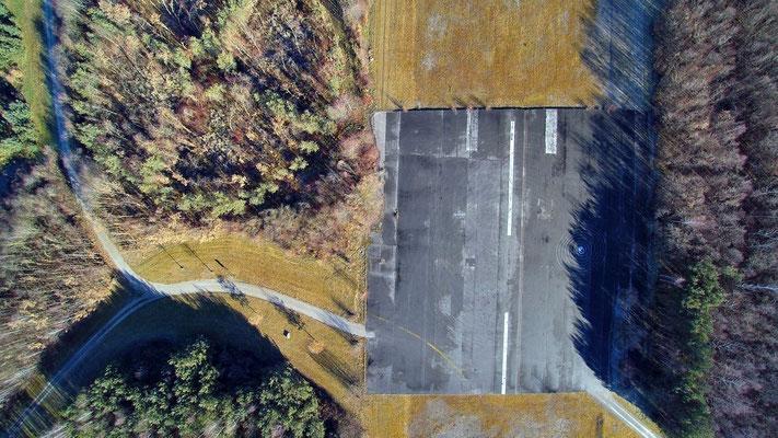 Drohnenfoto - Vogelperspektive - Drohne - Drohnenbild - Luftaufnahme - Straße - Flughafen - Landebahn