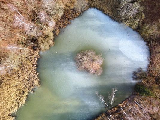Drohnenfoto - Vogelperspektive - Drohne - Drohnenbild - Luftaufnahme - Winter - See - Eis - Insel - Isen