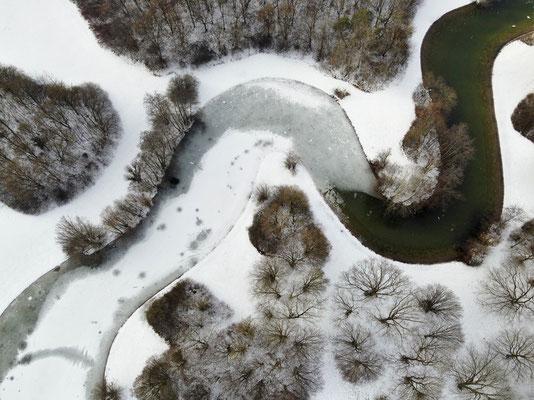 Vogelperspektive, Drohnenfoto, Drohnenbild, Luftaufnahme, Bayern, Park, Fluss zugefroren, Schwarz-Weiss, München, Ostpark