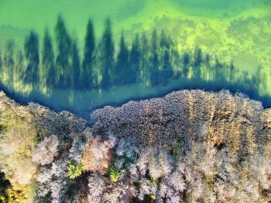 Vogelperspektive, Drohnenfoto, Drohnenbild, Schattenspiel, Luftaufnahme, Bayern, Feld, Weiss, Grün, Streifen, Bäume, Schatten, Muster, Flecken, See