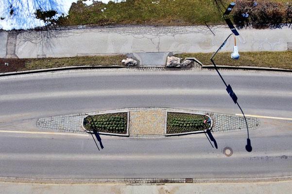 Drohnenfoto - Vogelperspektive - Drohne - Drohnenbild - Luftaufnahme - Straße - Verkehrsinsel