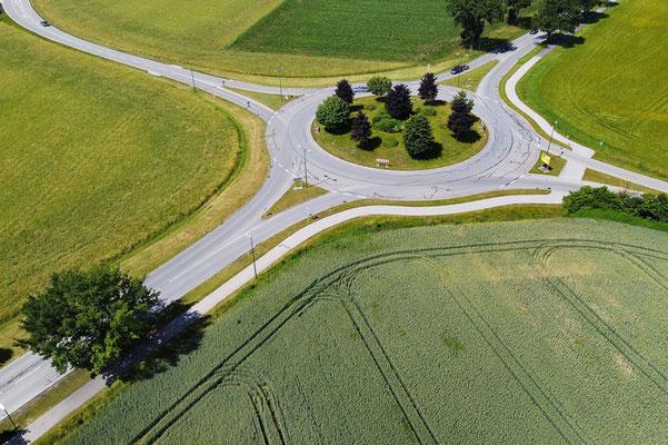 Drohnenfoto - Vogelperspektive - Drohne - Drohnenbild - Luftaufnahme - Straße - Kreisverkehr