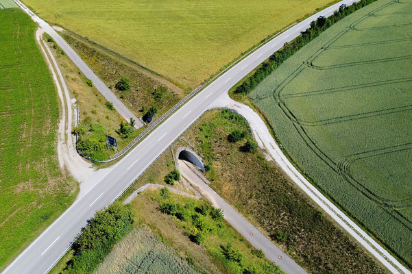 Drohnenfoto - Vogelperspektive - Drohne - Drohnenbild - Luftaufnahme - Straße - Fußweg - Unterführung