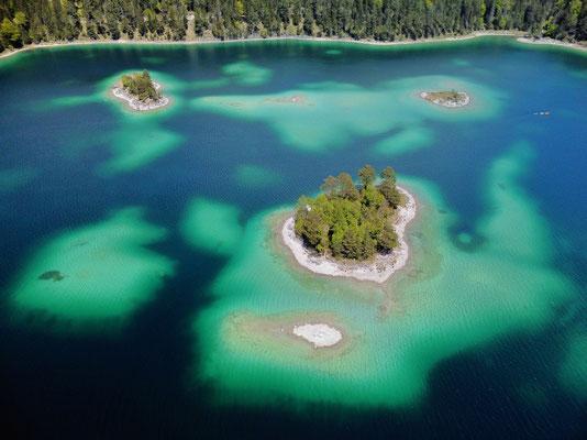 Drohnenfoto - Landschaft - Vogelperspektive - Drohne - Drohnenbild - Luftaufnahme - See - Blau - Karibik der Berge - Sommer - Muster - Türkis - Wald - Alpen - Berge - Insel - Eibsee