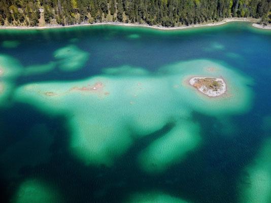 Drohnenfoto - Landschaft - Vogelperspektive - Drohne - Drohnenbild - Luftaufnahme - See - Blau - Karibik der Berge - Sommer - Muster - Türkis - Wald - Alpen - Berge - Formationen -nsel - Eibsee