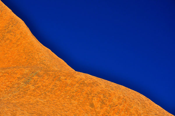Australia - Australien -Zentralaustralien - Outback - Northern Territory - Landschaft - Blau - Rot - Berg - Ayers Rock - Uluru