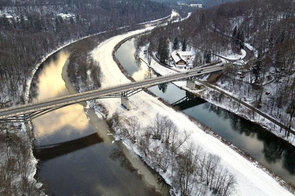 Drohnenfoto - Vogelperspektive - Drohne - Drohnenbild - Luftaufnahme - Fluss - Isar - München - Grünwald - Winter - Brücke - Kanal