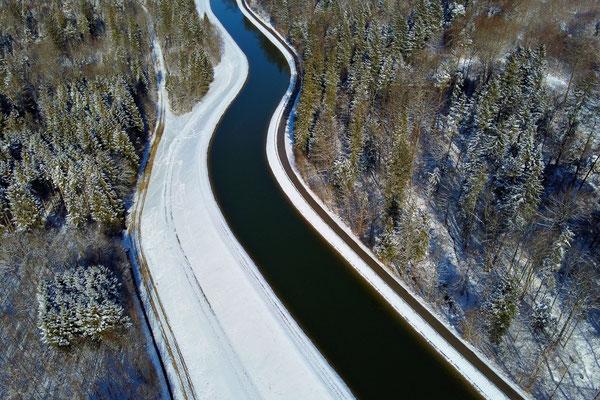 Drohnenfoto - Vogelperspektive - Drohne - Drohnenbild - Luftaufnahme - Winter - Damm, Fluss, Isar, Isarkanal, Schäftlarn